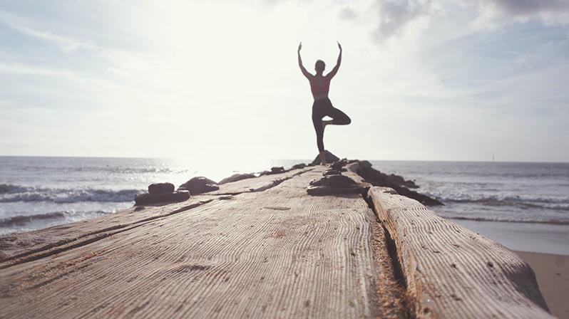 practicar yoga en la playa, El arbol