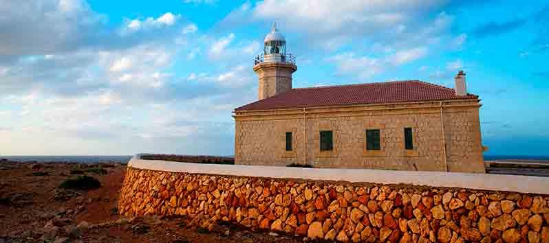 Faro de punta Nati, excursiones en barco en Menorca